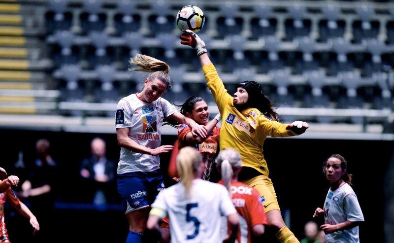 Jennie Nordin i duell under lørdagens cupfinale (Foto: Digitalsport)