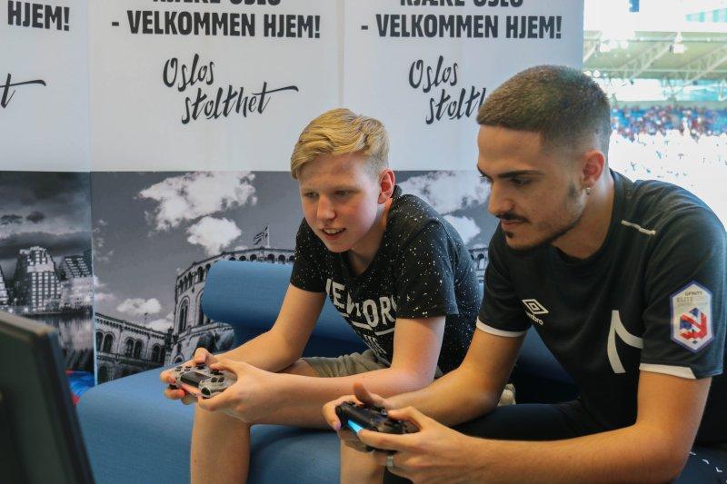 Magnus Myhrhaug Kristiansen (t.v) er klar for å kjempe i Vålerenga-drakt i 2019 (Foto: VIF Media)