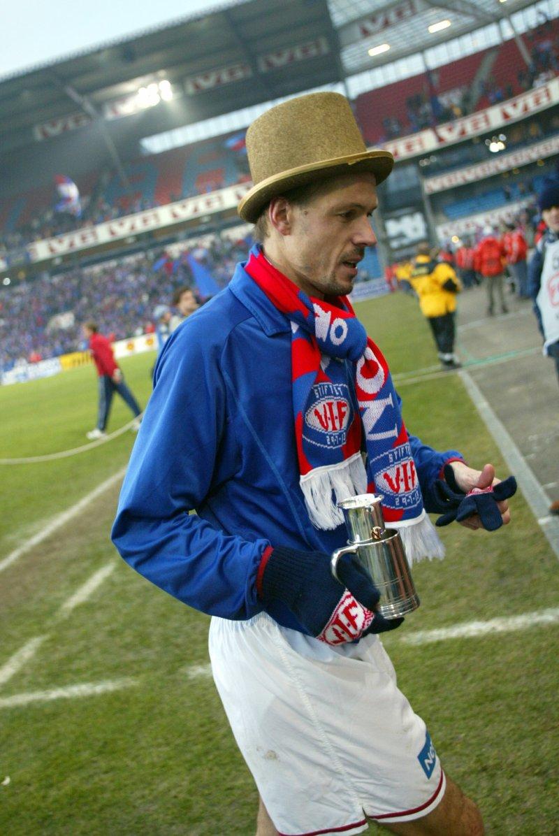 Kjetil Rekdal etter å ha tatt hjem klubbens tredje cupmesterskap