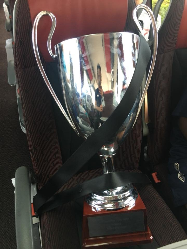 Her det synlige beviset på at Vålerenga G14 er vinnere av Brøndby Elite Cup. Trygt plassert i spillerbussen på vei tilbake til hovedstaden (Foto: Mohammad Dajani)
