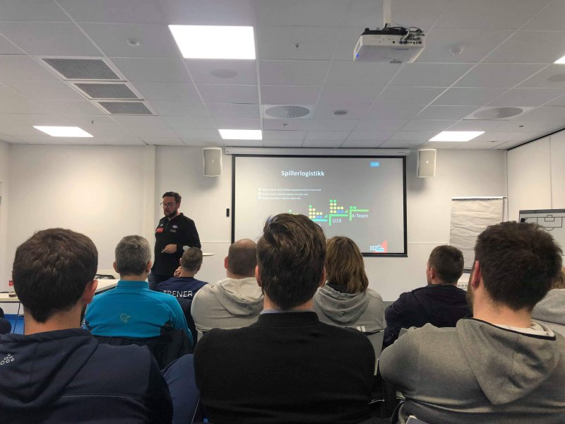 Utviklingsleder Thomas Hasselgren kurser NFFs deltakere (Foto: Jonas Munkvold)