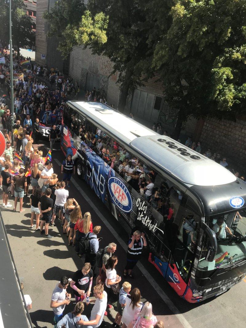Vålerenga-bussen er synlig på de fleste arrangement i Oslo by. Her fra årets Pride-parade (Foto: Freddy dos Santos)