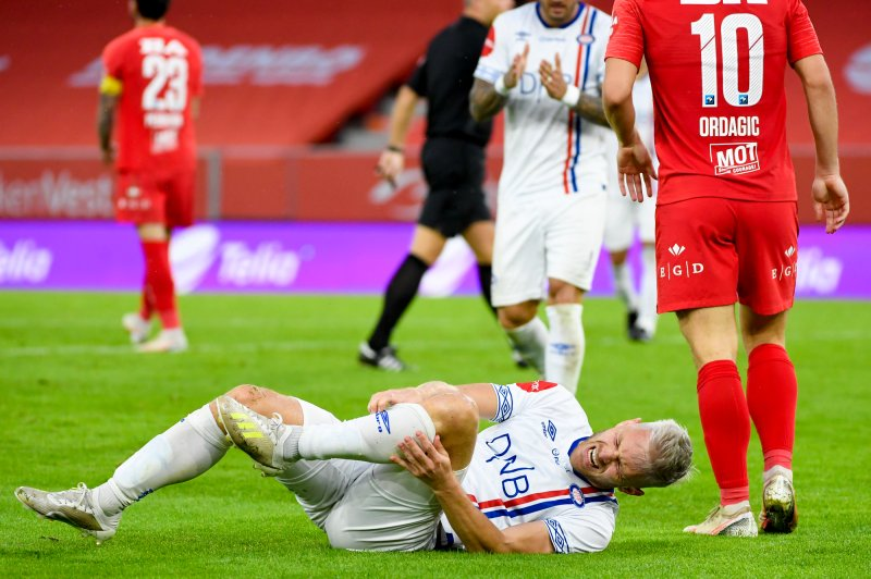 Matthías Vilhjálmsson skaffa straffe like etter pause på Brann stadion (Foto: Marit Hommedal / NTB scanpix)