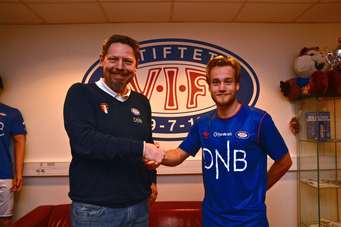 På bilde: Daglig leder i Vålerenga Fotball Elite, Erik Espeseth og Vålerengas nysignering Bård Finne