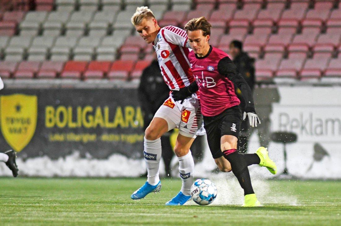 Tromsøs Eric Smith i duell med Vålerengas Felix Myhre i kampen mellom Tromsø og Vålerenga. Foto: Rune Stoltz Bertinussen / NTB scanpix