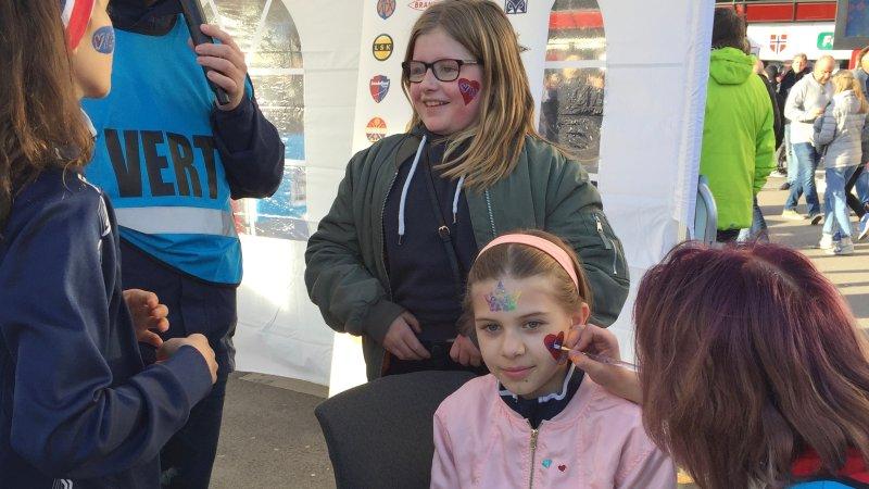 I Fanzone kan du skaffe deg Vålerenga-maling i ansiktet før kamp (Foto: VIF Media)