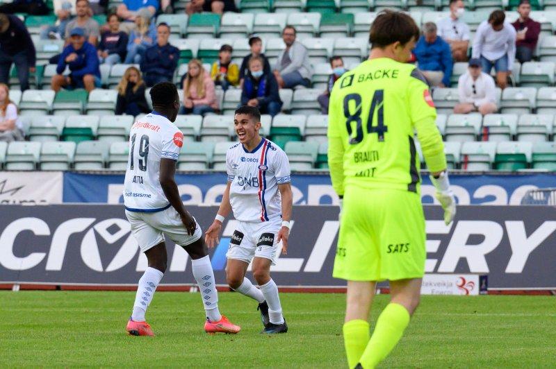 Seedy Jatta og Osame Sahraoui feirer førstnevntes scoring mot Stabæk (Foto: Morten Mitchell Larød / SPORTFOTO)