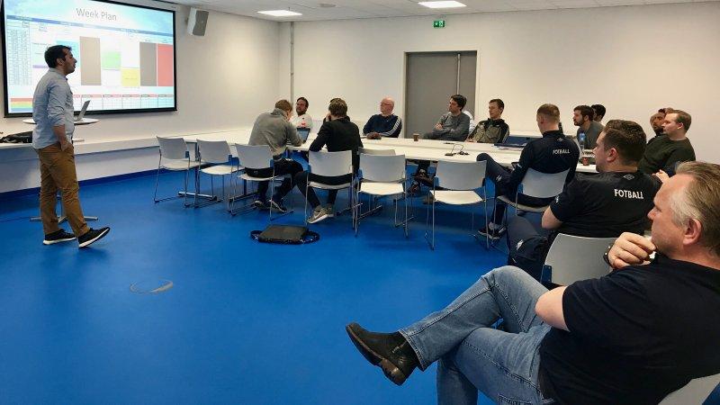 G16-trener David Ribeiro legger frem ukesplaner for de andre trenerne i utviklingsavdelingen (Foto: VIF Media)