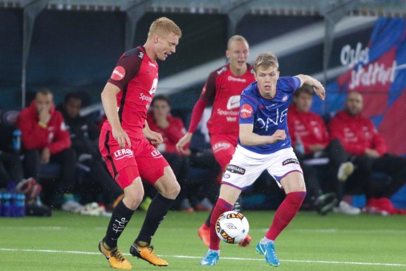 Samúel Kári Friðjónsson scora sitt første mål for Vålerenga i 2-1-seieren over Brann søndag. Her i duell med tidligere Vålerenga-spiller Sivert Heltne Nilsen (Foto: grydis.no)