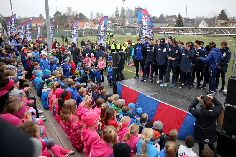 Alle spillerne blir introdusert for barna før fotballtreninga begynner (Foto: Cato Ingebrigtsen)