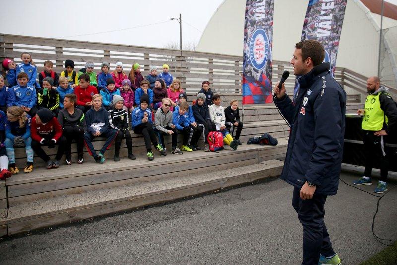 Jonatan Tollås Nation holder foredrag om Vålerenga Mot Rasisme under Engaland på Ski (Foto: Cato Ingebrigtsen)