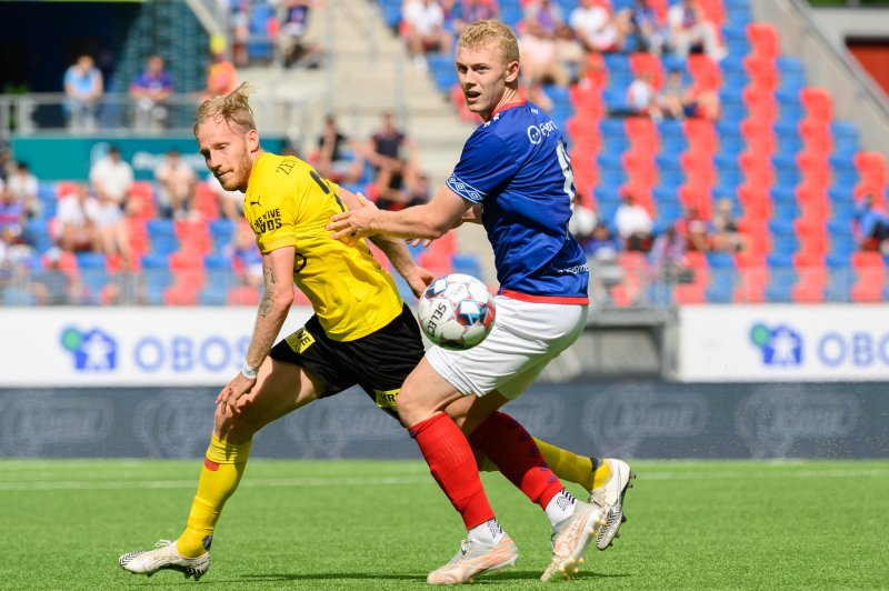 Henrik Bjørdal i duell med Gjermund Aasen (Foto: Morten Mitchell Larød / SPORTFOTO)