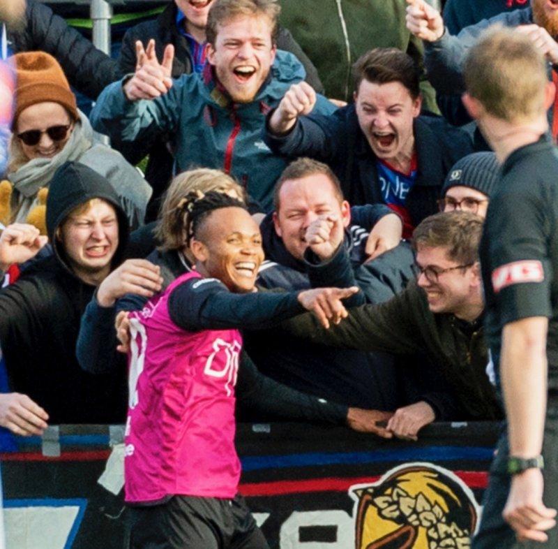 Ejuke feirer med supporterne etter sin andre scoring mot Ranheim på bortebane (Foto: Ned Alley / NTB scanpix)