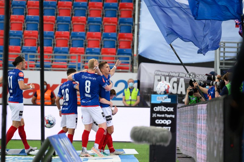 Henrik Udahl og resten av gutta feirer 1-0 foran ØSTBLOKKA (Foto: Morten Mitchell Larød / SPORTFOTO)