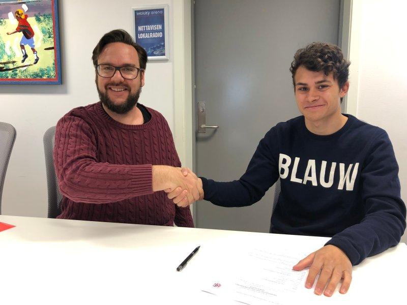 Utviklingssjef Thomas Hasselgren og Sander Werni under signeringsmøtet på Intility Arena (Foto: VIF Media)