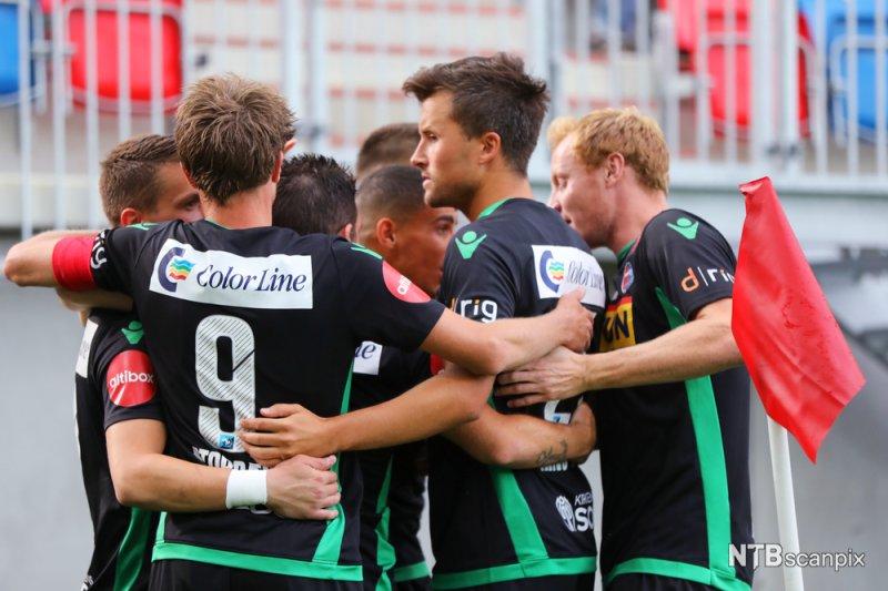 Sandefjord-spillerne jubler for 1-0 på Intility Arena (Foto: Ørn E. Borgen / NTB scanpix)