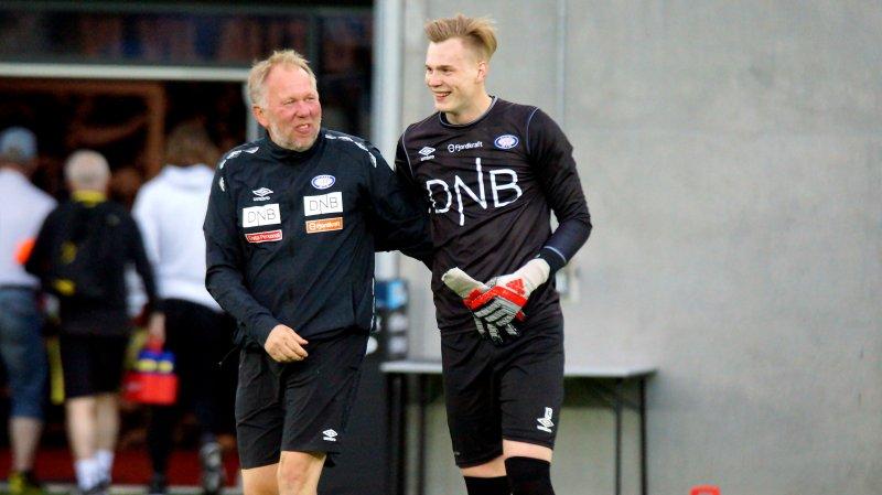 Kristoffer Klaesson og keepertrener Gjermund Østby smiler etter 6-0-seieren over Bodø/Glimt i 2019.