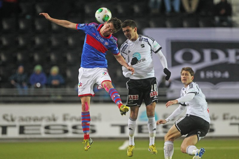 BYTTER: Torgeir Børven i duell med Fredrik Oldrup Jensen. I 2020 er det Fredrik som spiller i kongeblått. Foto: Trond Reidar Teigen / NTB scanpix
