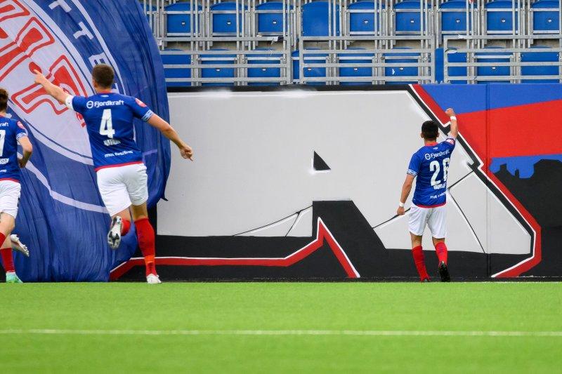 Osame Sahraoui feirer 1-0 foran Østblokka (Foto: Morten Mitchell Larød / SPORTFOTO)