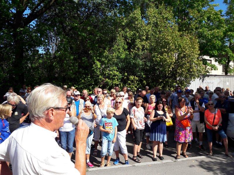 Over 250 personer hadde møtt opp på avdukingen (foto: Jarle Teigøy)