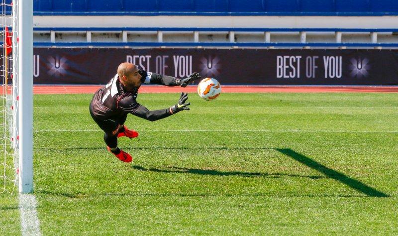 Adam Larsen Kwarasey kaster seg, men klarer ikke å forhindre at FC Dinamo Kiev scorer 2-0 målet i lørdagens treningskamp (Foto: Jan Kåre Ness / NTB scanpix)
