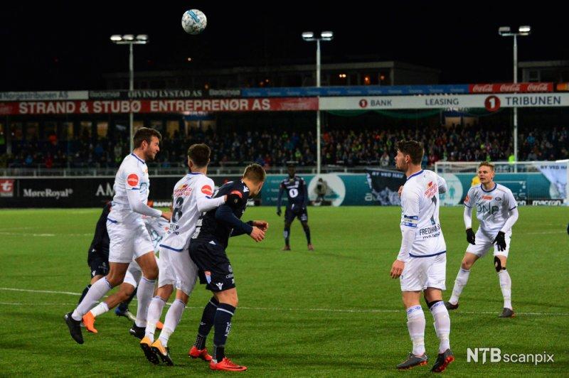 Mange dueller prega den første omgangen på Kristiansund stadion (Foto NTB Scanpix)