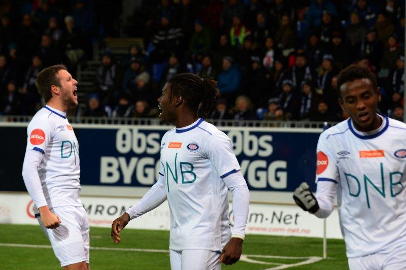 Jonatan Tollås Nstion tydelig fornøyd med Sam Johnsons første scoring for Vålerenga (Foto: Anders Tøsse / NTB scanpix)