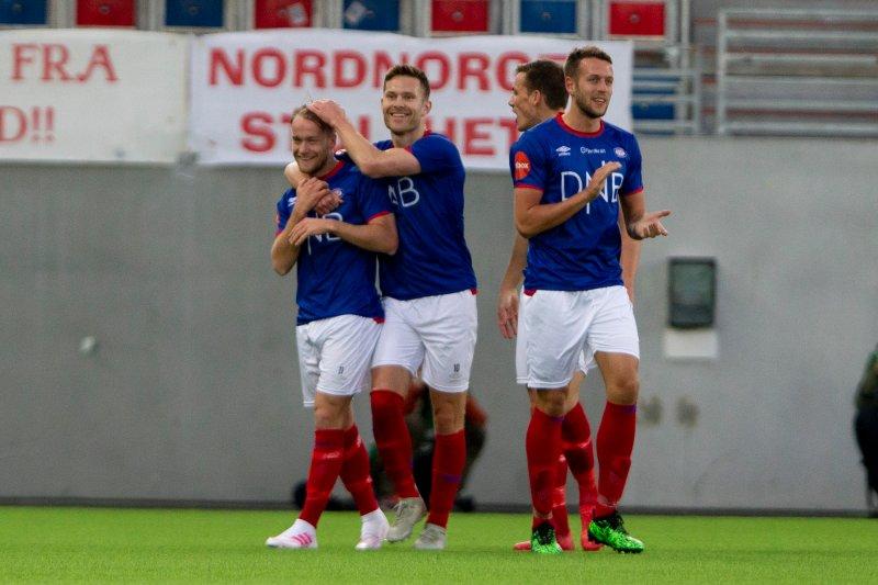 Luftens baron, Bård Finne gratuleres etter 1-0-scoringa mot Tromsø (Foto: Fredrik Hagen / NTB scanpix)