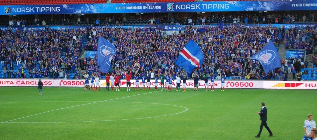 Laget feirer på Ullevaal i 2016 etter 3-0 seier over Molde og Solskjær. Foto: Jarle Teigøy