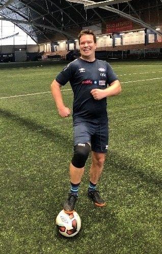 Olav Tveiten i kjent stil. Blid og sporty (Foto: VIF Samfunn)