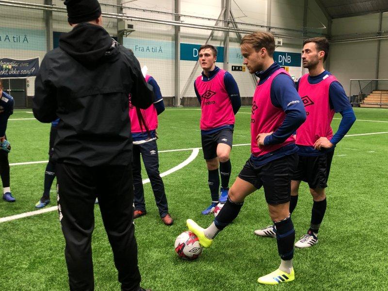 Gutta er lutter øre når Haakon Lunov forklarer neste øvelse (Foto: VIF Media)
