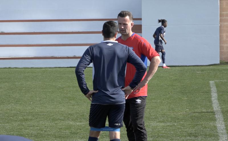 Efraín Juarez og Ronny Deila prater sammen under årets treningsleir på Marbella (Foto: VIF Media)