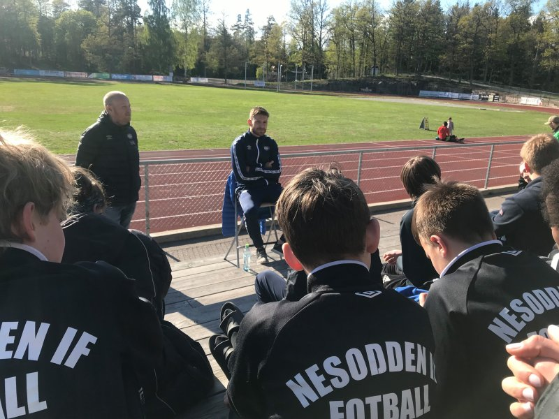Matti og ungdommen i Nesodden Fotball (Foto: Vålerenga)