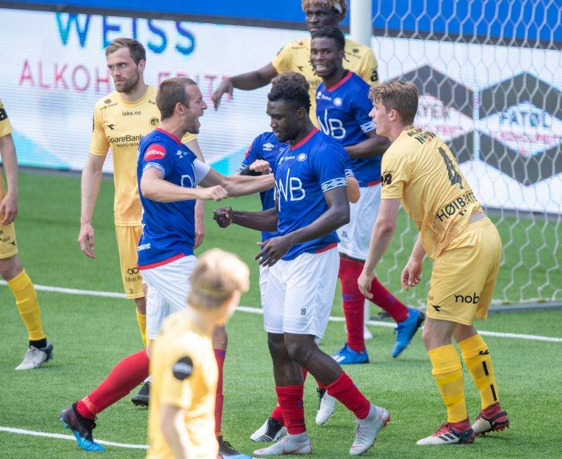 Peter Michael gratuleres av kaptein Tollås etter scoring mot Bodø/Glimt (Foto: Terje Pedersen / NTB scanpix)