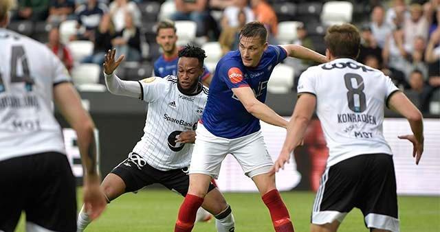 Rosenborgs Samuel Adegbenro i duell med Vålerengas Johan Lædre Bjørdal