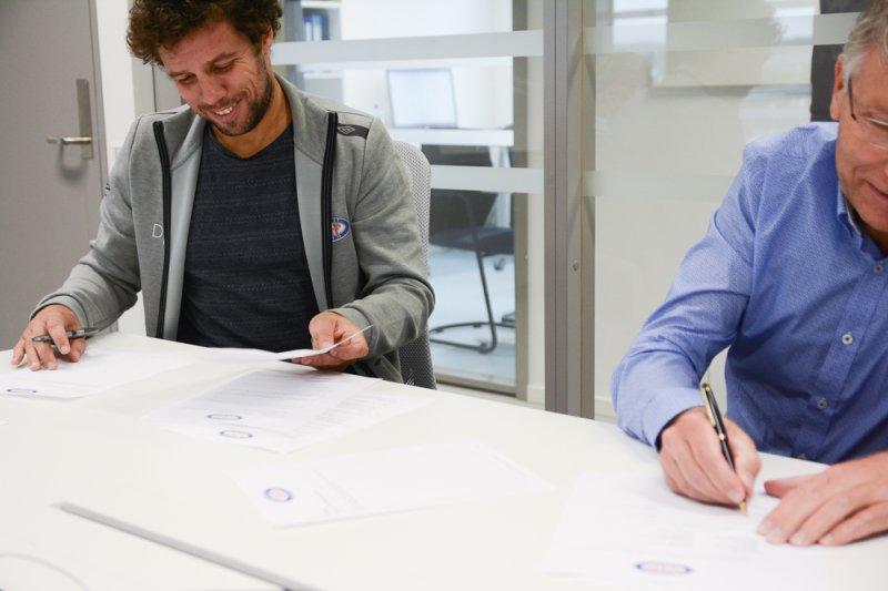 Partneransvarlig i Vålerenga, Freddy dos Santos er strålende fornøyd med signeringen av Selvaag Bolig (Foto: Selvaag)