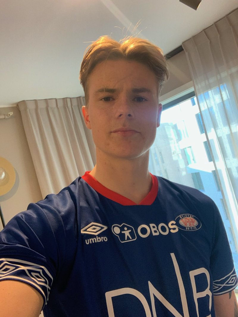 Tobias Christensen er på plass på hotellet i Oslo for å ta fatt på karantenetiden (Foto: Selfie)