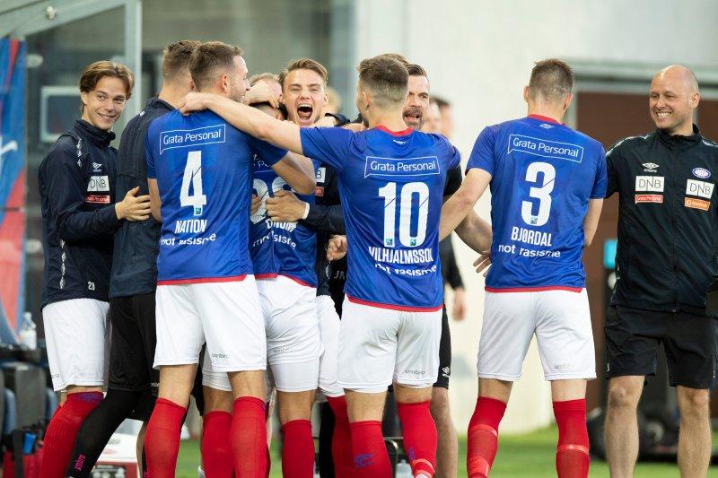 Aron Dønnum omringes av lagkameratene etter å ha sendte Vålerenga i ledelsen (Foto: Audun Braastad / NTB scanpix)