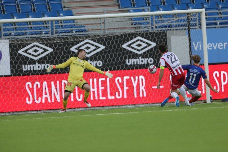 Her setter Bård Finne inn 1-0 til Vålerenga i søndagens eliteserieoppgjør mot Tromsø (Foto: Geir Olsen / NTB scanpix)