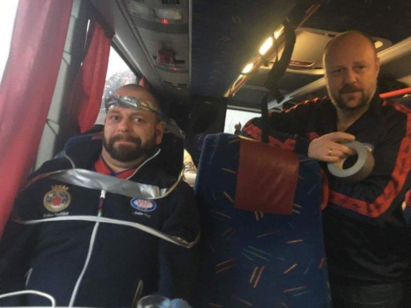 For å unngå en ny fergesmell, ble Lasse teipa fast til bussetet før overfarten til Mannheller (Foto: Privat)